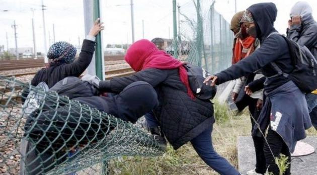 Construyen un muro para bloquear acceso a un refugio de migrantes en Francia