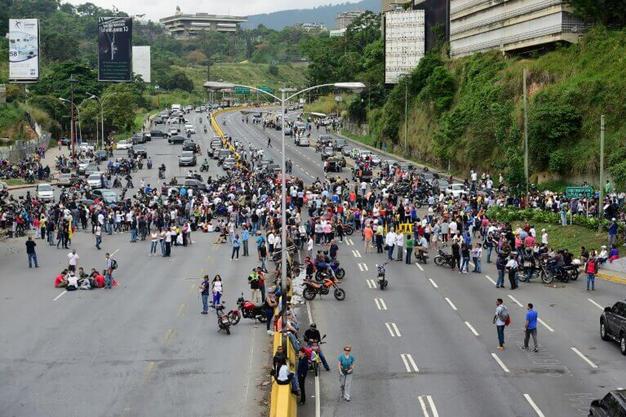 Opositores bloquean calles de Caracas en rechazo a Maduro y su Constituyente