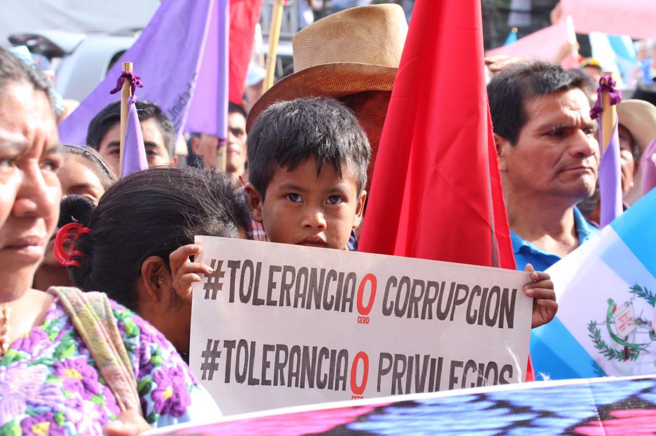 Guatemaltecos envían mensajes de crítica a presidente Jimmy Morales