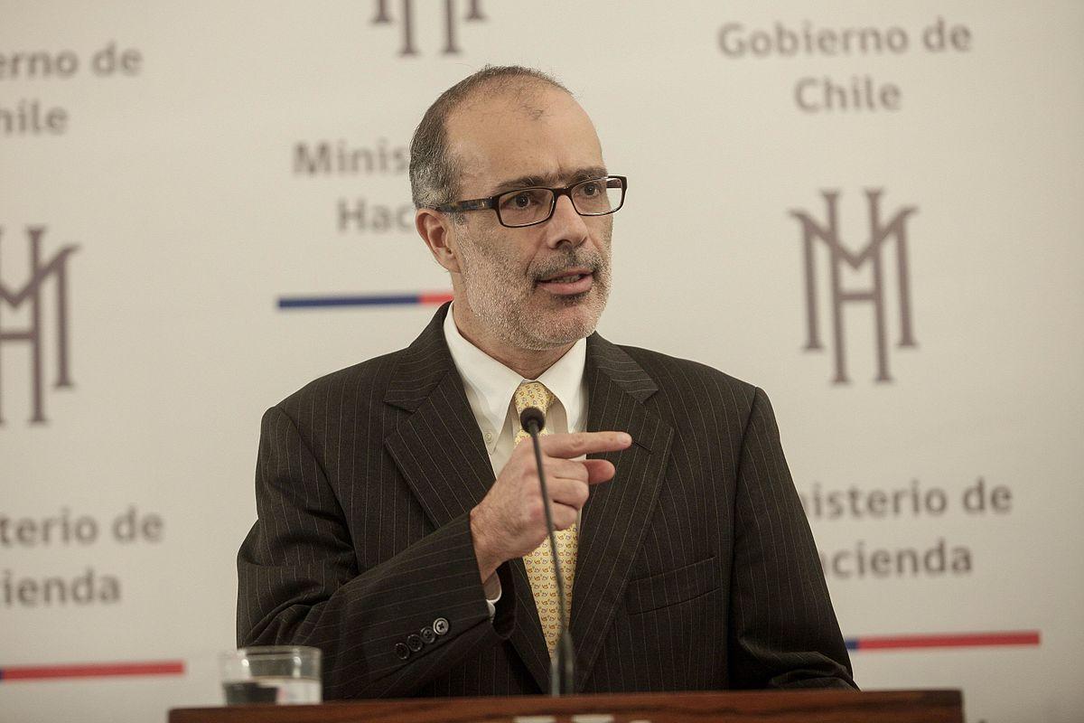 Chile: renuncia ministro de Hacienda a tres meses de las elecciones