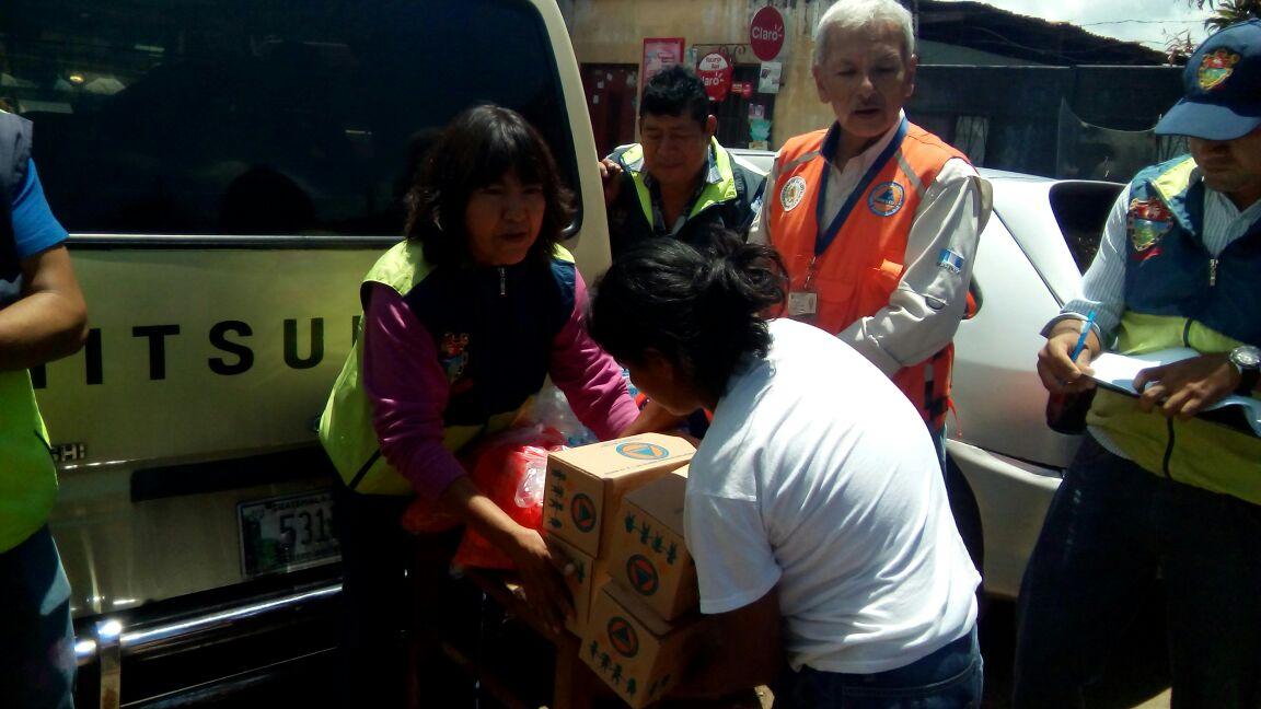 Ayuda a afectados por lluvias en Guajitos