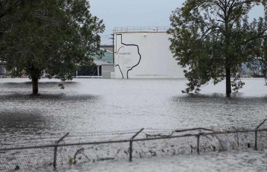 Más incendios se esperan en planta química en Texas inundada por Harvey