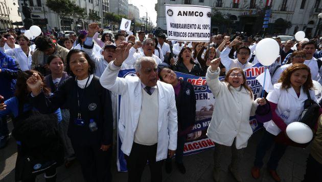 Médicos peruanos acuerdan con el gobierno y suspenden larga huelga