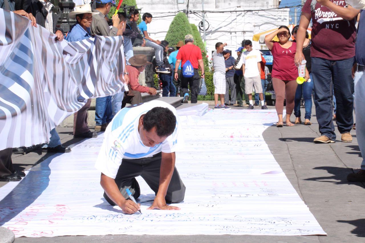 """Manifestante: """"Guatemala ya no aguanta más corrupción"""""""