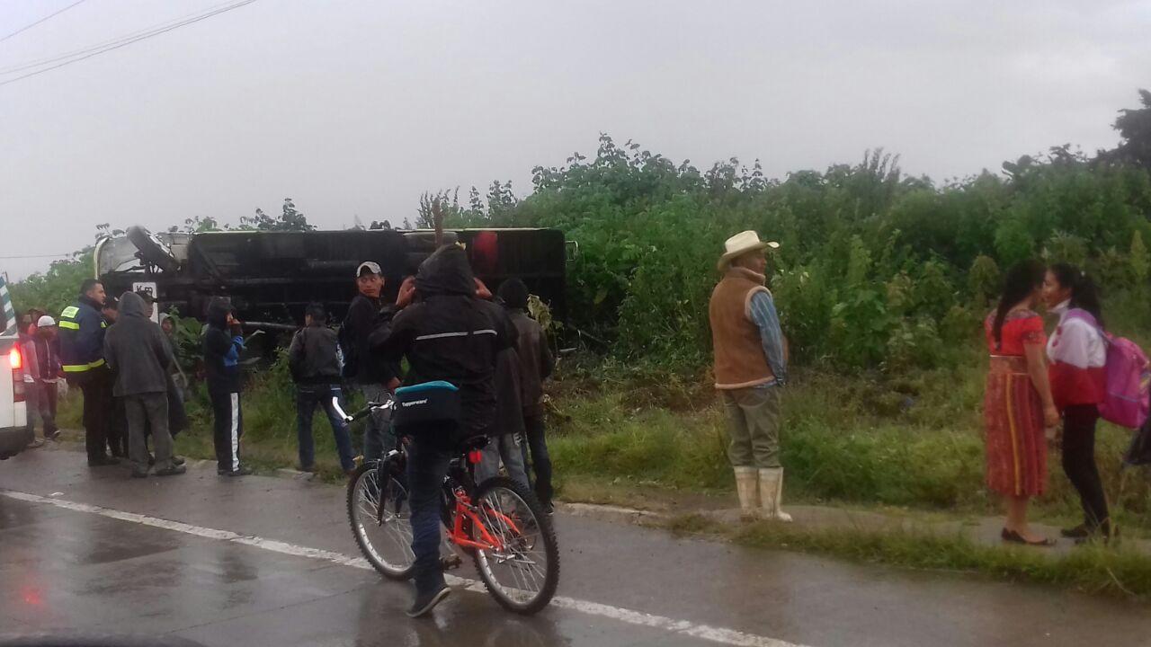 Cuatro heridos tras volcar bus en ruta Interamericana