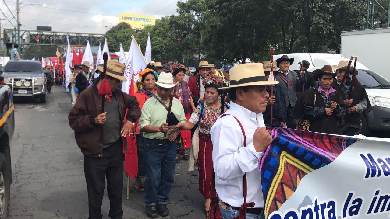 Campesinos manifiestan contra el Congreso