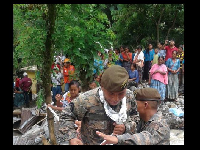 VIDEO: Así le salvan la vida a personas los elementos del Ejército en Alta Verapaz
