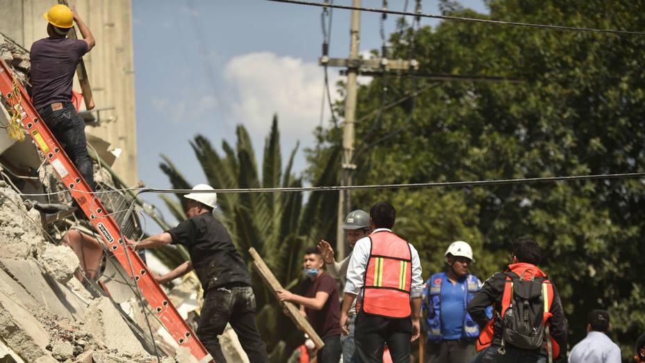Mexicanos se esfuerzan al límite en rescates de sobrevivientes del sismo