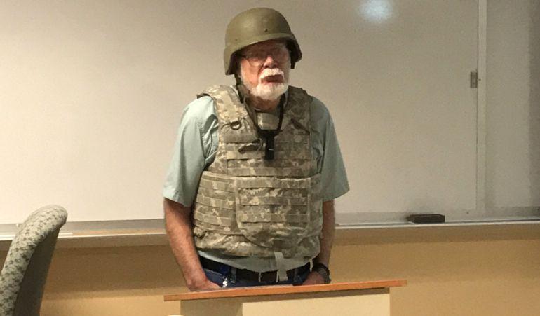 Un profesor de EEUU usa chaleco antibalas para protestar por la ley de armas