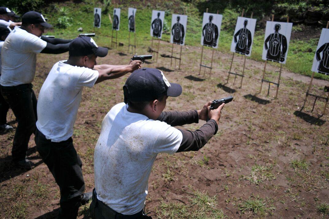 Guardias penitenciarios reciben curso para uso de armas de fuego