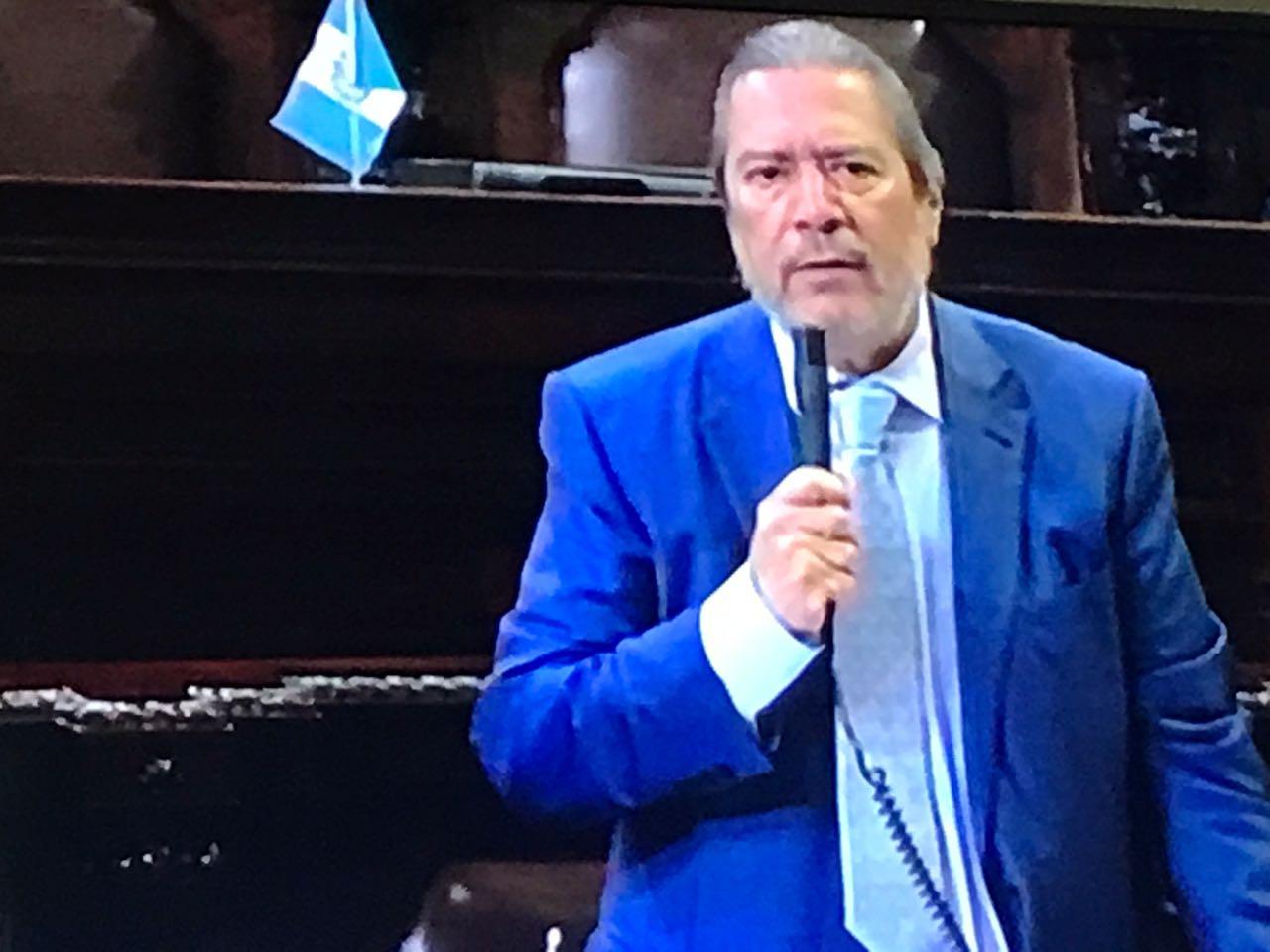 Diputado Fernando de León renuncia al Congreso por problemas de salud