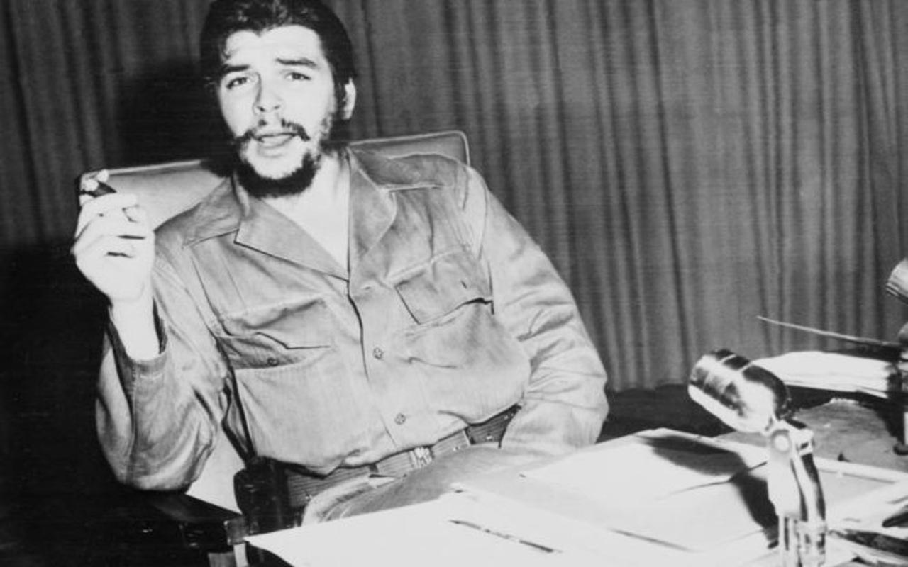 """Ante el cadáver del """"Che"""" Guevara, el reportaje de la AFP en 1967"""