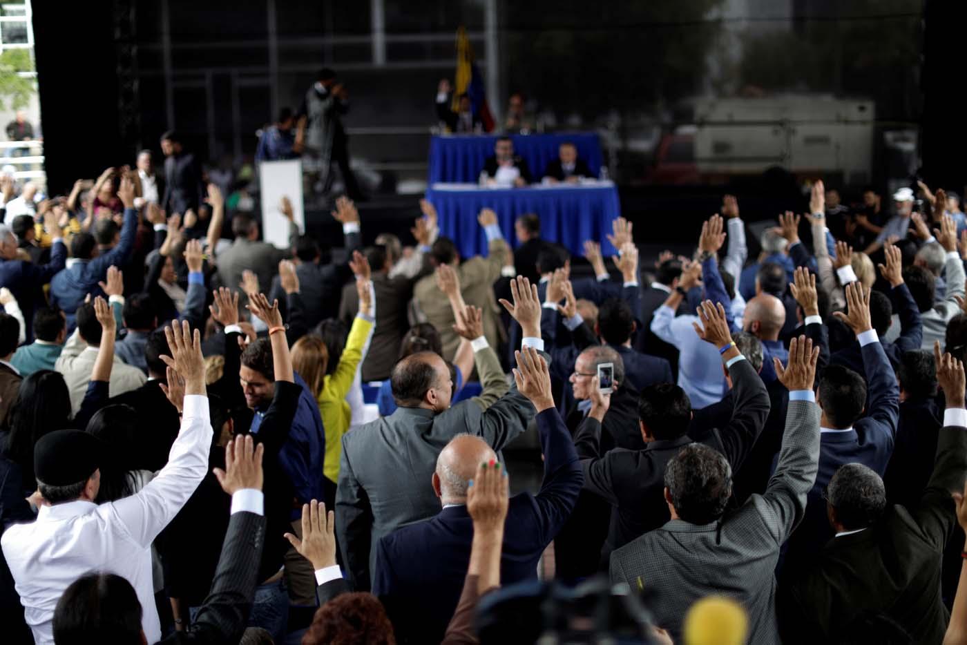 Cuatro magistrados opositores venezolanos llegan a Chile como asilados