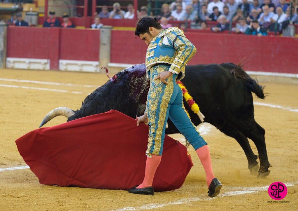 Cayetano Rivera , herido por el segundo toro en Zaragoza, al que le corta las dos orejas