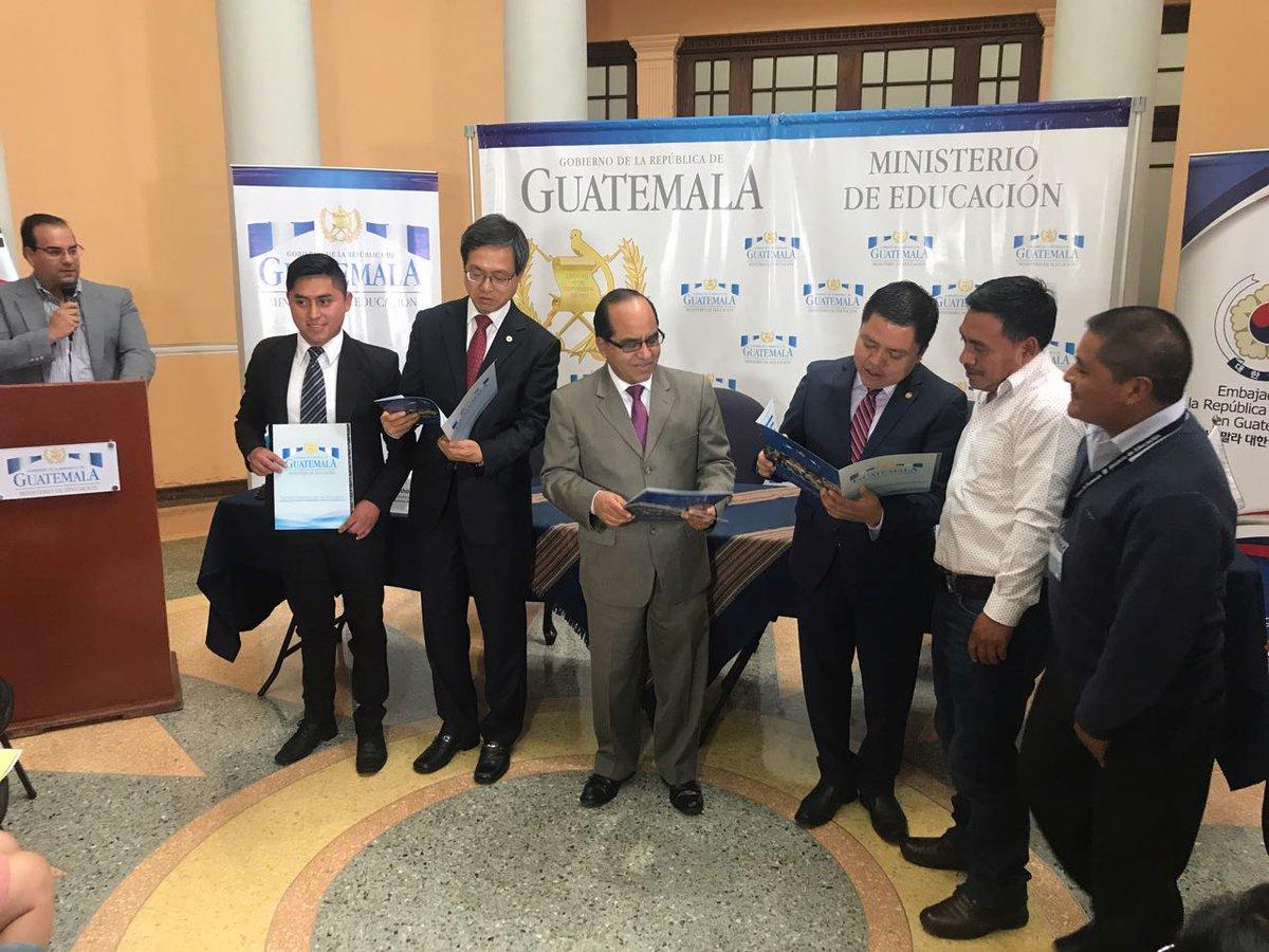 Corea del Sur entrega becas a maestros guatemaltecos