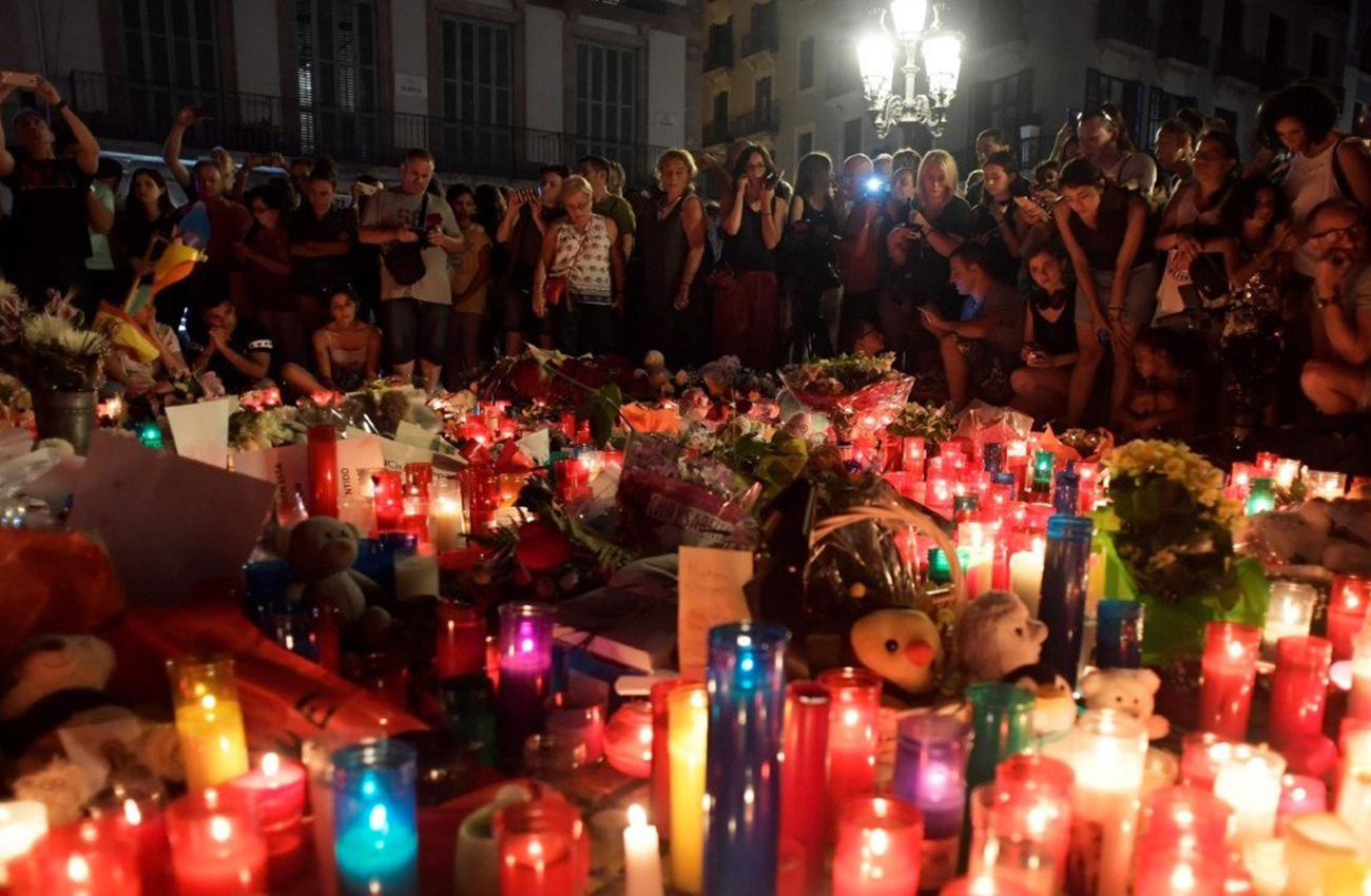 Mexicanos recuerdan a víctimas del terremoto con mariachis y velas