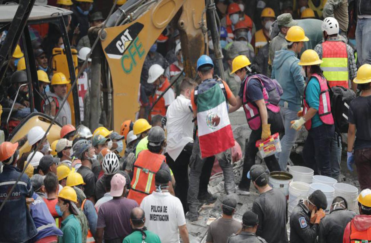 Valientes buscan en escombros pertenencias de damnificados de sismo de México