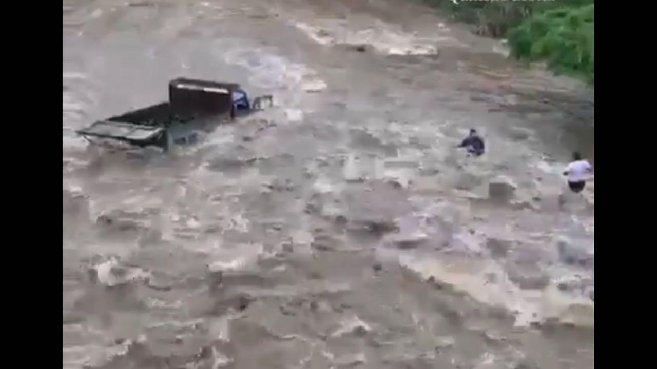 Camión arrastrado por correntada