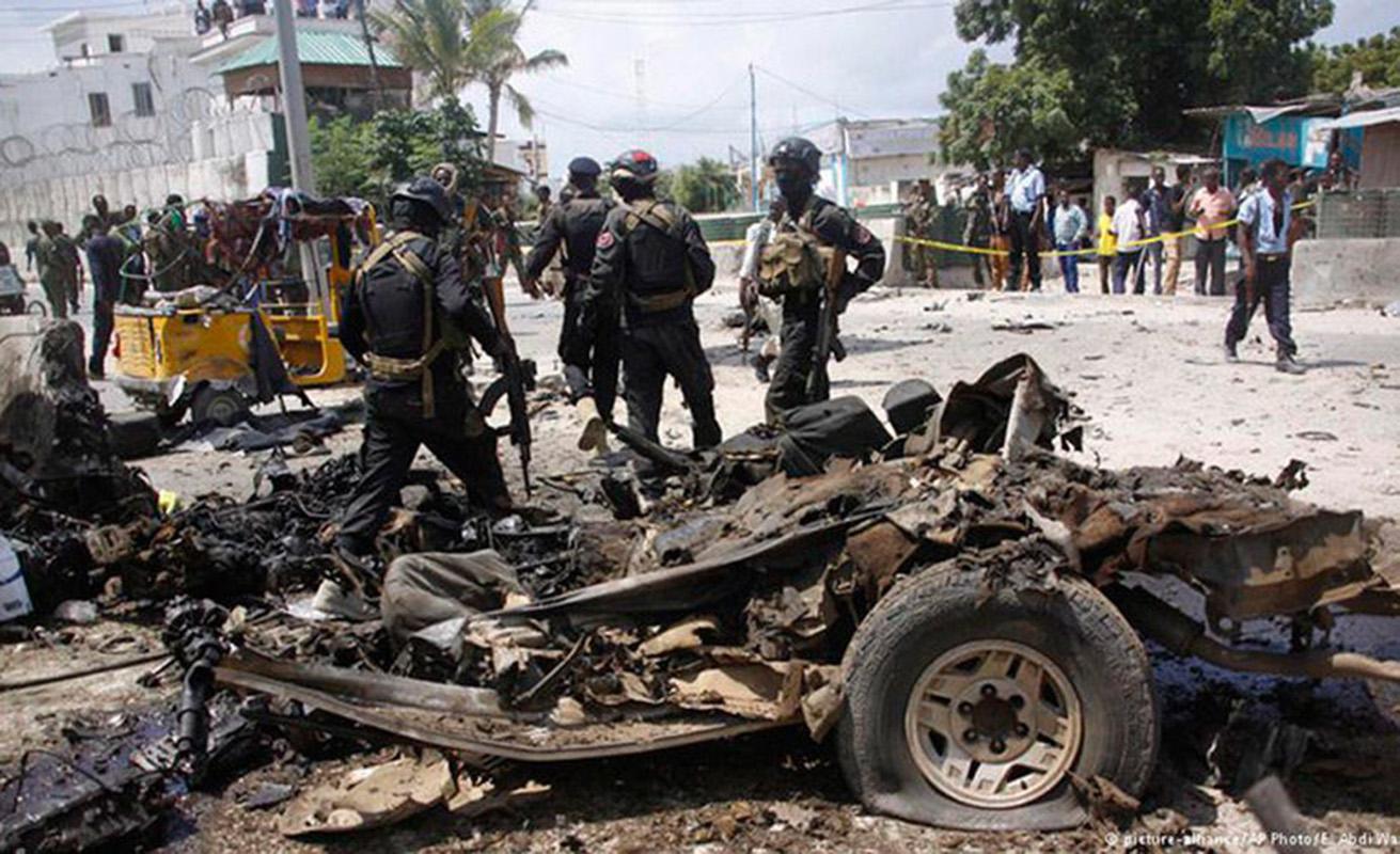 Al menos 13 policías mueren en un atentado en Somalia