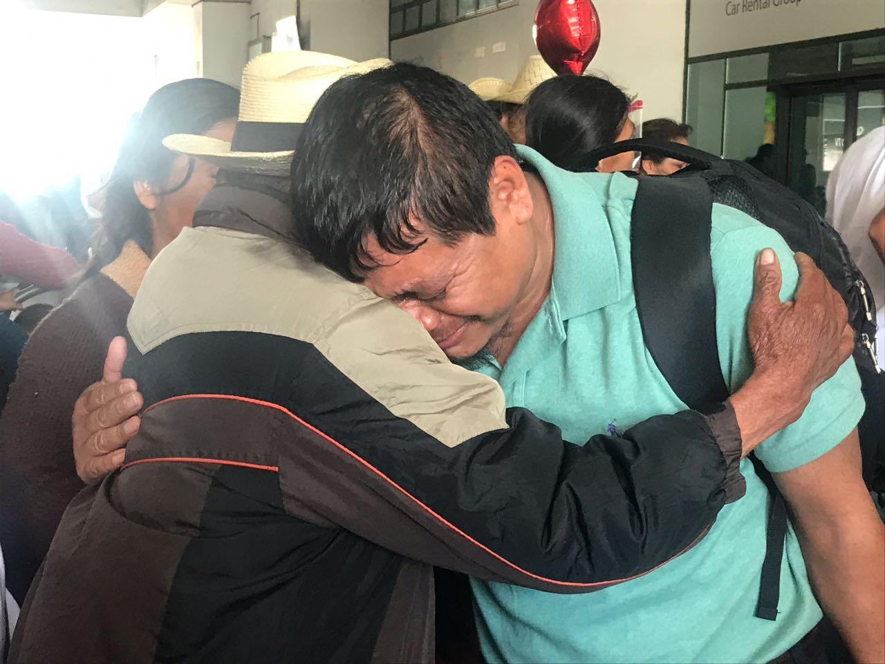 Familiares se reencuentran en las afueras del aeropuerto La Aurora Guatemala EU Emisoras Unidas