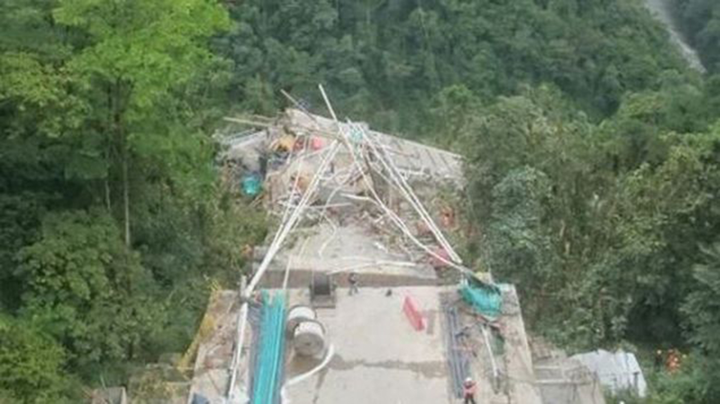 Al menos siete obreros mueren en Colombia al caer puente en obra