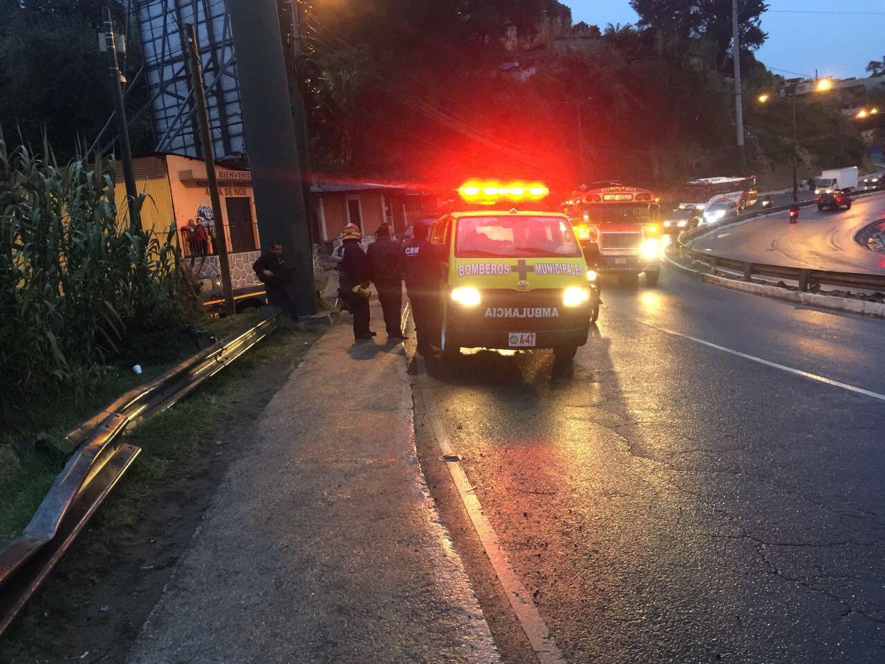 Bomberos rescatan a tripulantes de vehículo