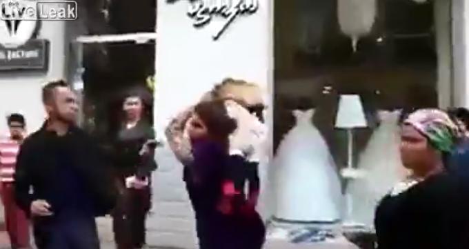 VIDEO: Mujer utiliza a un niño para golpear brutalmente a un hombre -  Emisoras Unidas 89.7FM