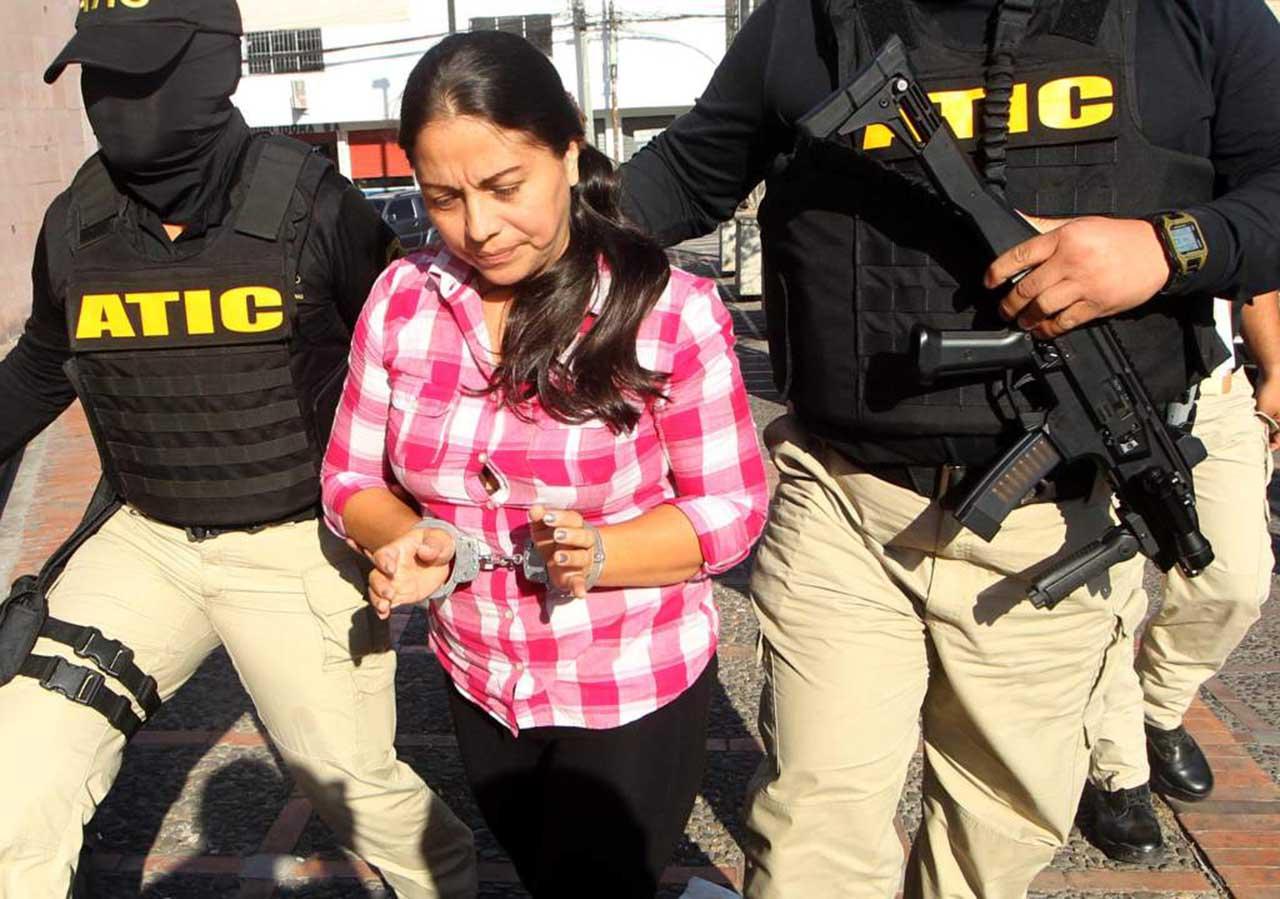 Envían a la cárcel a una hondureña implicada en desfalco del Seguro Social