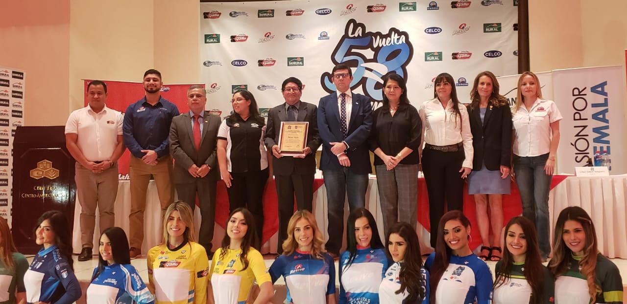 Junta Directiva de la Federación de Ciclísmo de Guatemala y patrocinadores.