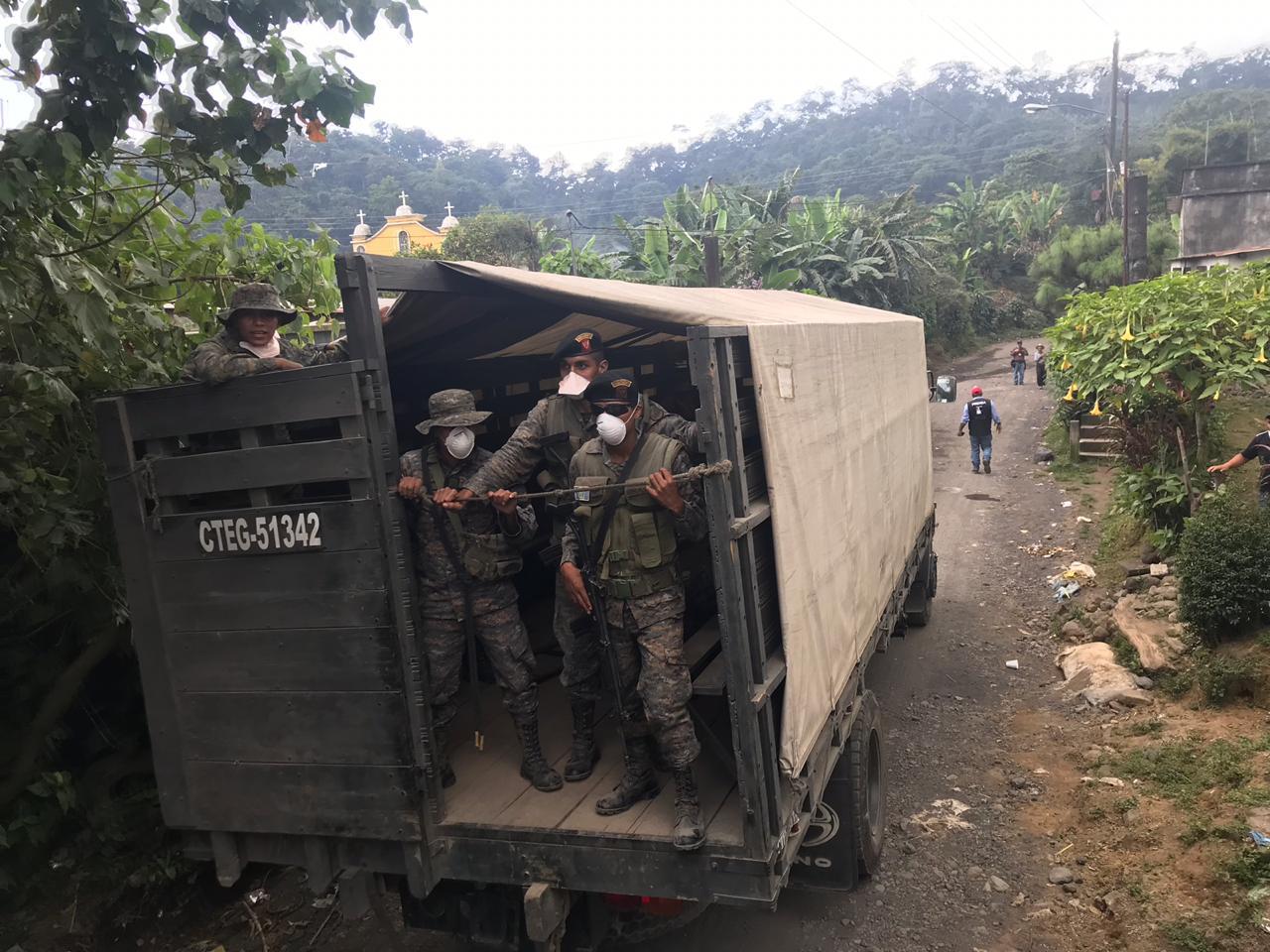 Camiones del ejército evacúan el lugar