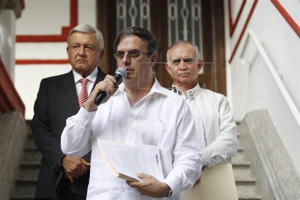 """Ebrard rindió la protesta de ley """"y reconoció a los legisladores"""" el respaldo que le dieron en el procedimiento,"""