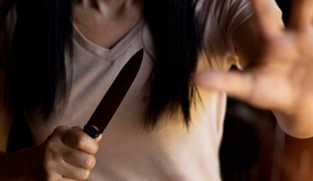 Una mujer le corta el pene