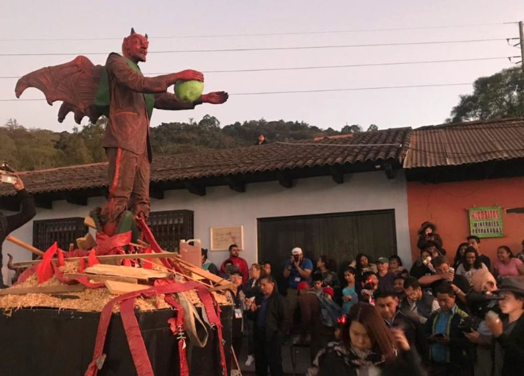 Antigua Guatemala diablo ecológico quema