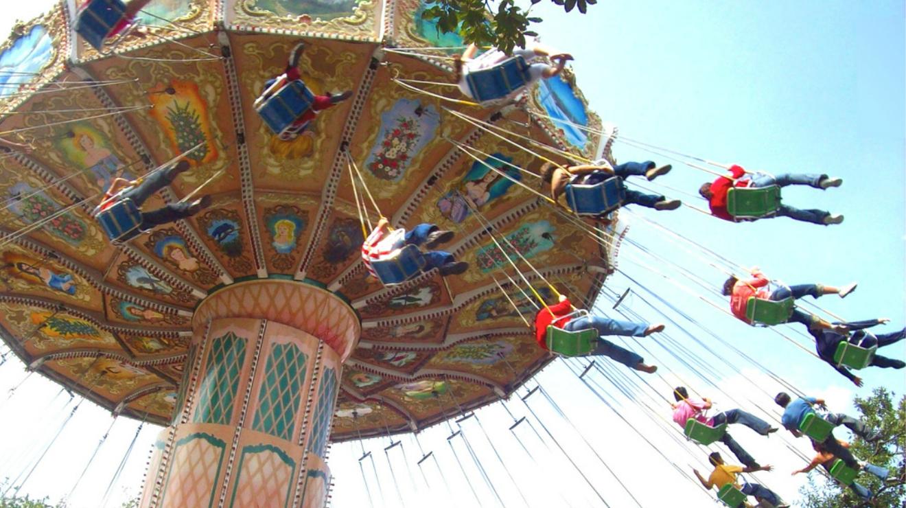 Mujer volando juego mecánico feria