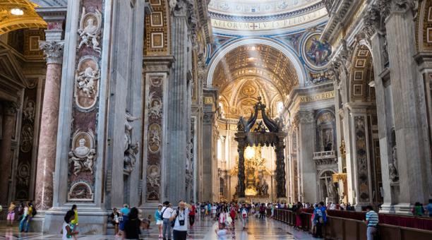 Alrededor de 27.000 turistas y peregrinos visitan cada día la basílica de San Pedro.