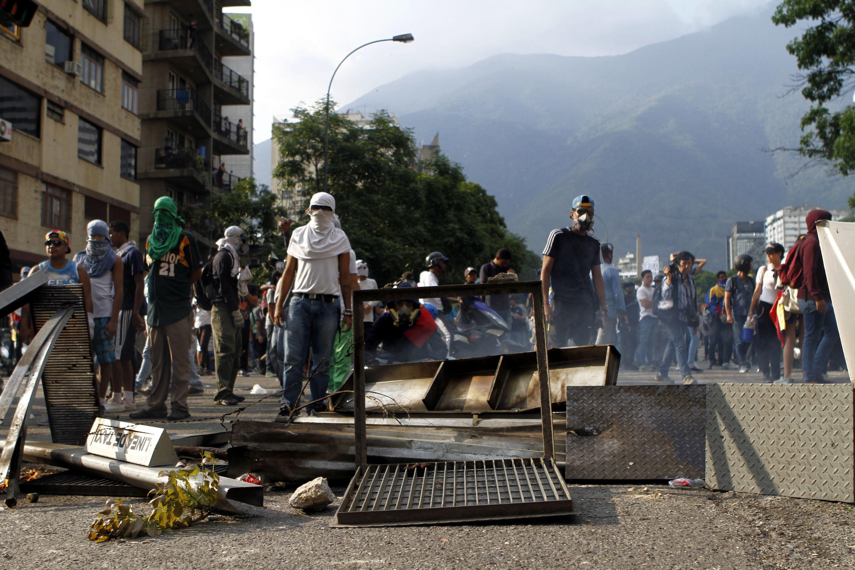 Cuatro muertos y una estatua de Chávez quemada