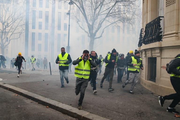 """Los """"pañuelos rojos"""" irrumpen en Francia"""