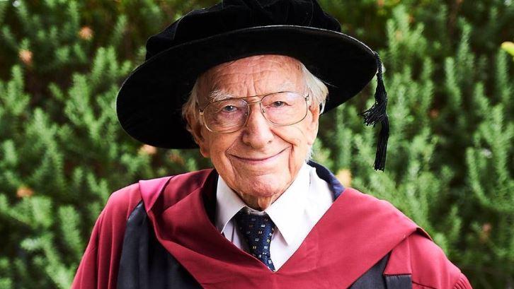 Un australiano de 94 años, el más anciano en lograr un doctorado en el país