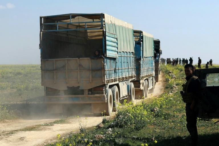 Camiones evacúan a civiles en reducto del Estado Islámico