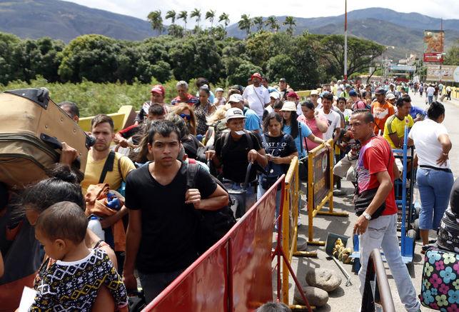 """""""Estamos mal"""": venezolanos ansían la llegada de ayuda humanitaria"""