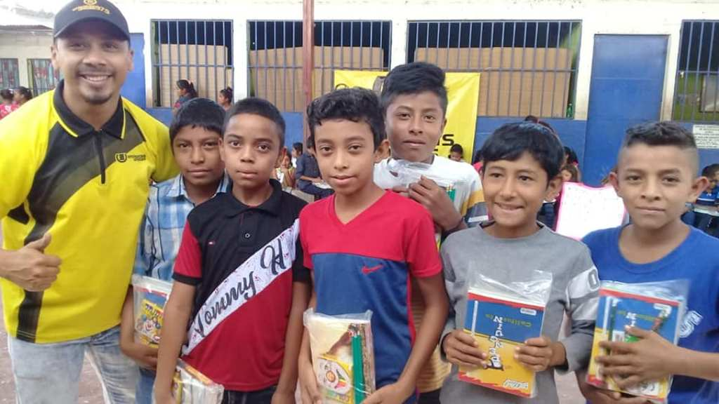 Cuadernos con Corazón entrega kits escuelas escasos recursos