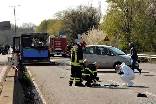 Autobús incendiado en Milán, Italia. Foto: AFP.