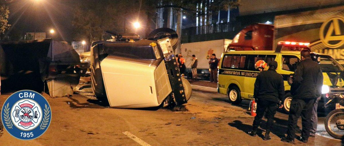 Camión volcado en el periférico. Foto: Bomberos Municipales.