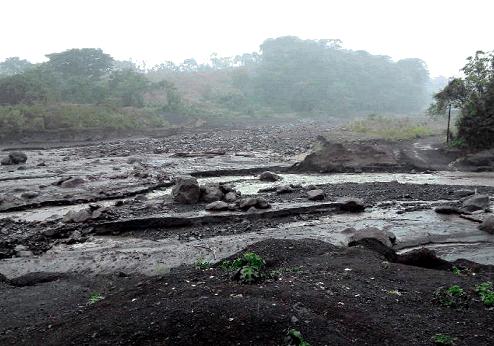 Volcán de Fuego lanza lahares. Foto: Conred