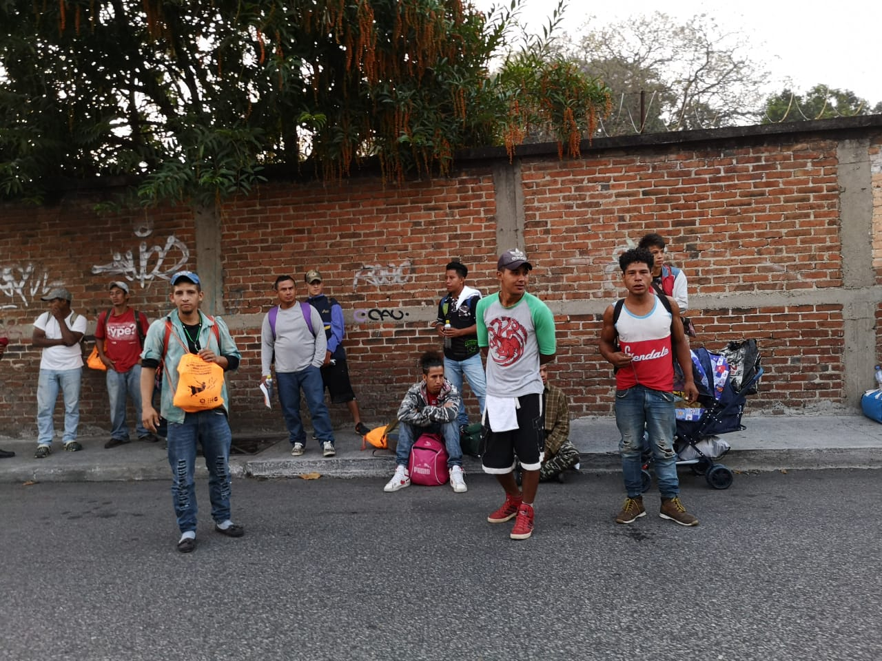 Migrantes hondureños salen de la Casa del Migrante. Foto: Daniel Tzoc
