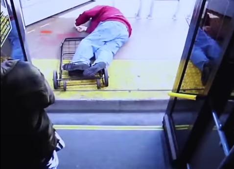 Anciano muere al caer de autobús.