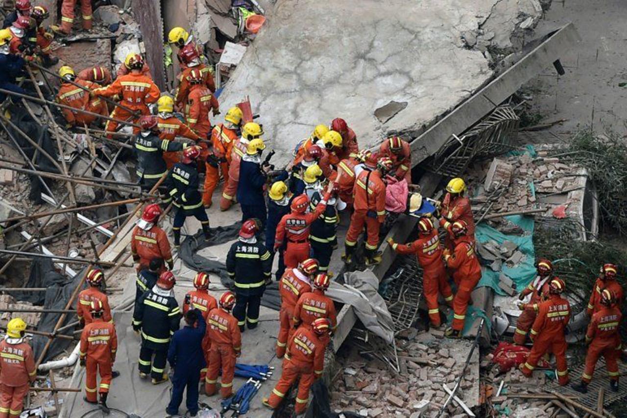 Diez muertos al desplomarse un edificio en Shanghái