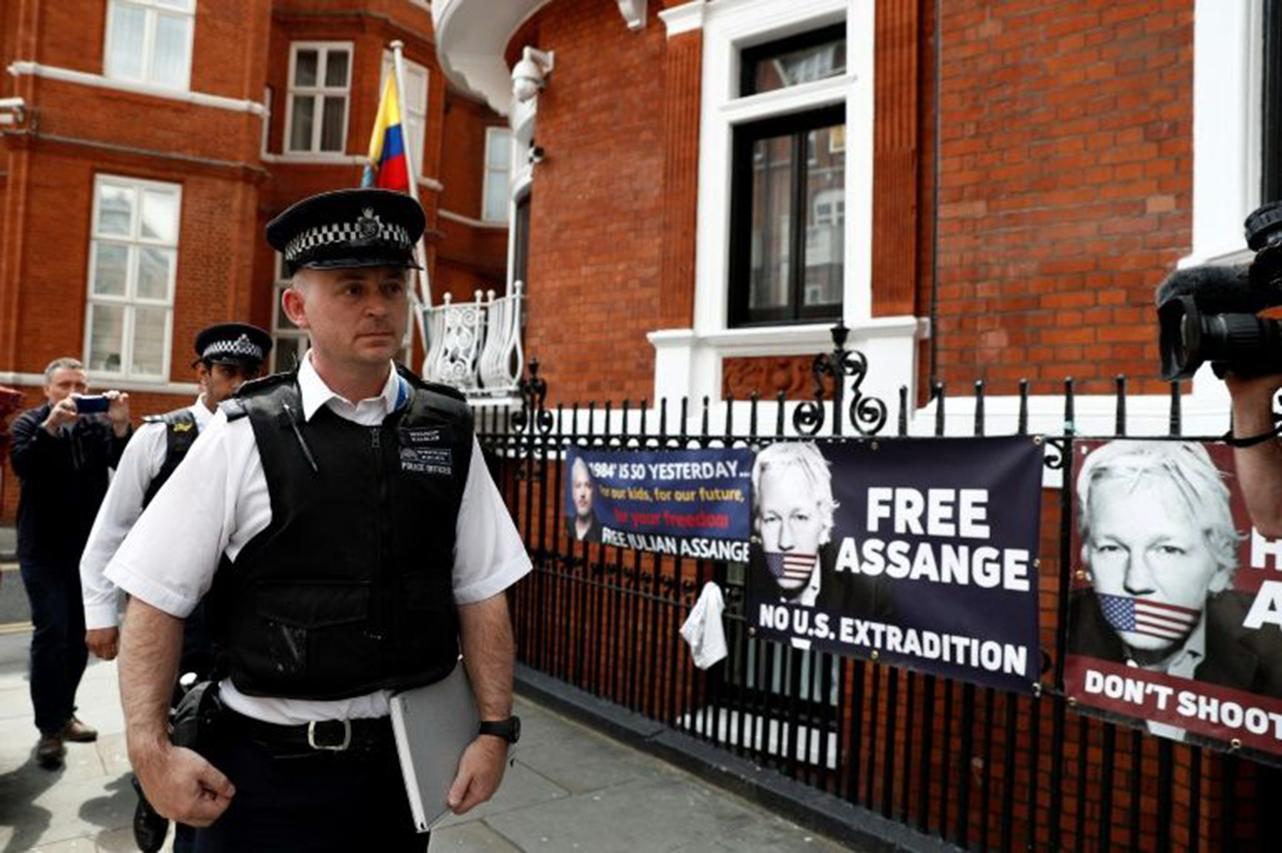 Ecuador registra papeles y ordenadores de Assange en Londres