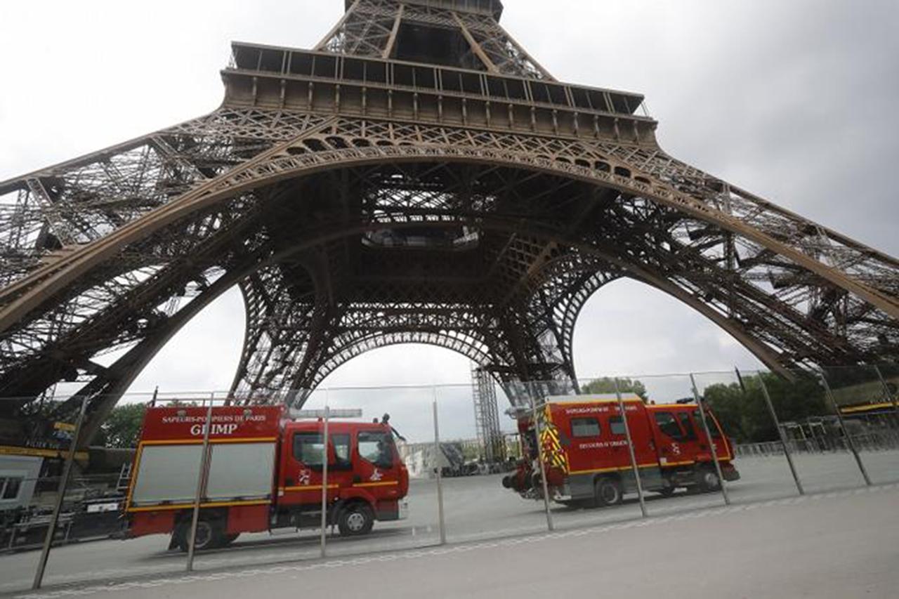 Evacúan la Torre Eiffel debido a un hombre visto escalando
