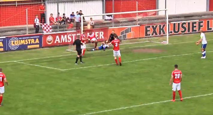 Árbitro holandés anota un gol